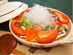 プチプチと野菜たっぷりトマト鍋